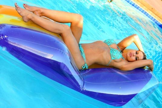 Carmen Electra bikini feet legs on Barefoot Beauties