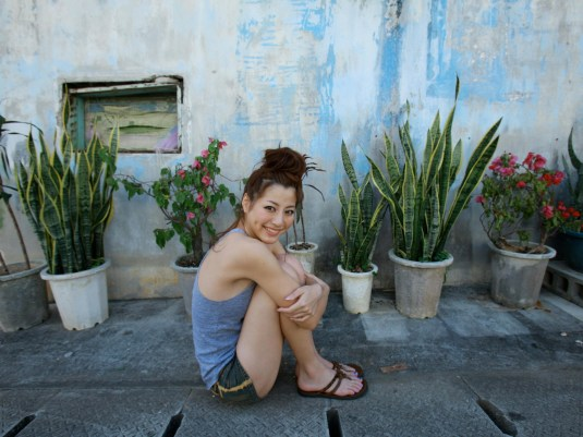 Yumi Sugimoto toes flipflops